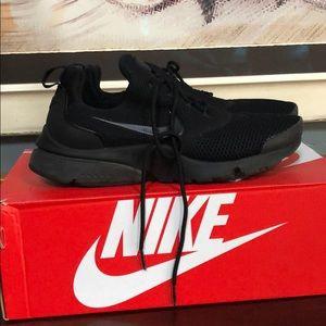 Hardly worn black NIKE PRESTO FLY size 7.5 box